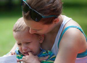 anya öleli síró gyerekét